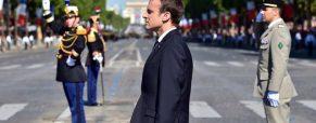Emmanuel Macron persiste et signe